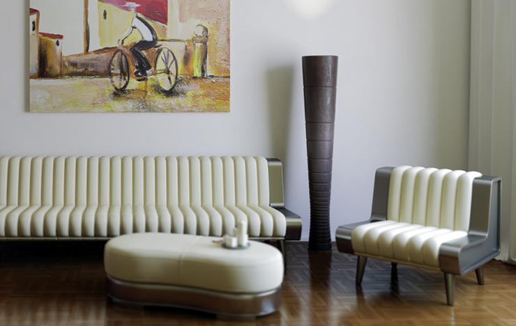 Ein modernes Ledersofa sorgt für eine stilvolle Atmosphäre. (Bild: arsdigital - fotolia.com)