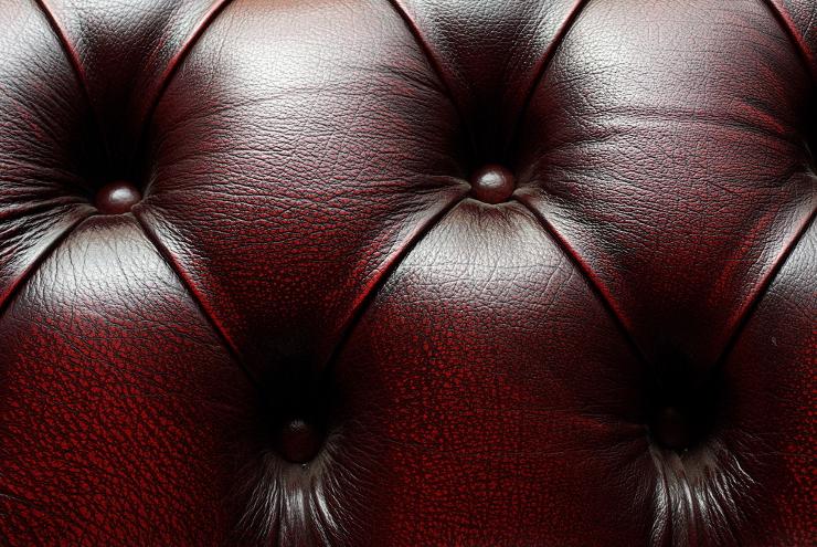 Ein Ledersofa gefällt in allen Stilen. (Bild: © Maxim Lysenko - shutterstock.com)